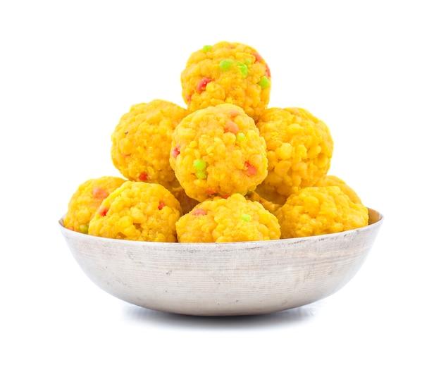 白い背景にインドの甘い食べ物laddu