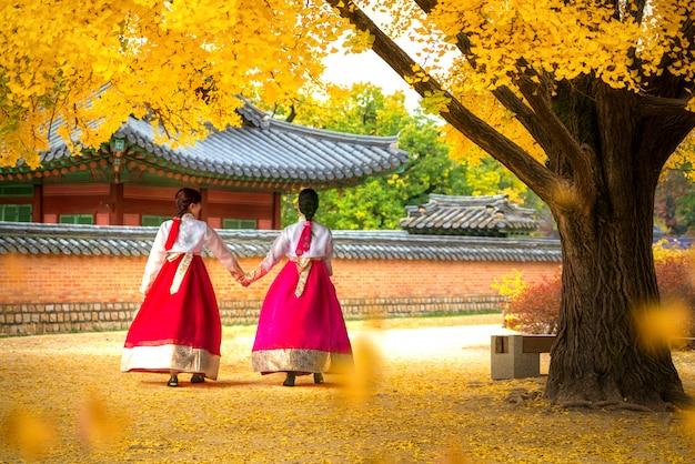 Дамы в платье ханбок гуляют по парку дворца