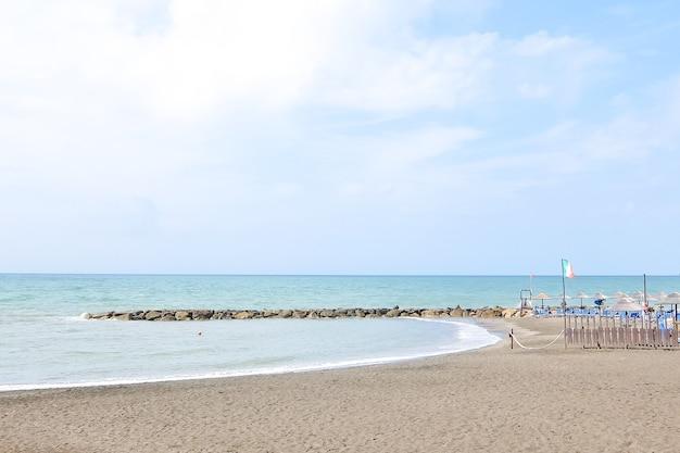 Ладисполи италия пустые пляжи в италии пляжный сезон подходит к концу
