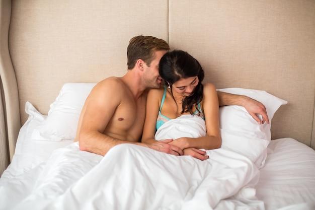Леди и мужчина в постели.