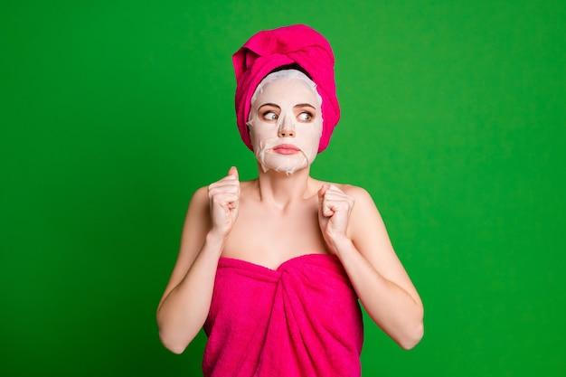 Леди применить маску для лица смотреть сторону пустое пространство испуганные глаза носить полотенца тело голова изолированные зеленый цвет фона