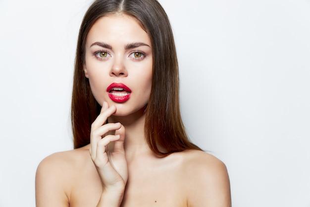 Lady bare плечи очаровывают привлекательной чистой кожей взгляд красных губ обрезанный вид