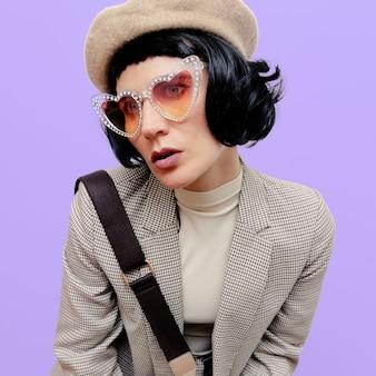 세련 된 빈티지 의류 및 액세서리에 갈색 머리 아가씨입니다. 가을 패션 컨셉