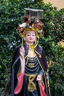 Статуя леди будды в буддийском храме в городе дананг, вьетнам
