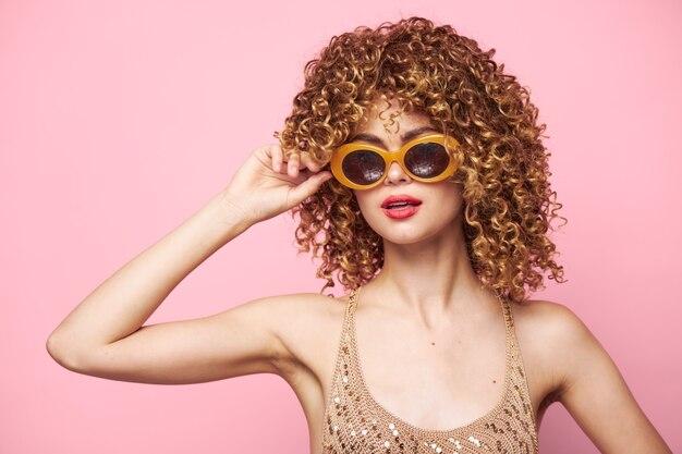 레이디 곱슬 머리 빨간 입술 유행 안경 스튜디오 핑크 클로즈업