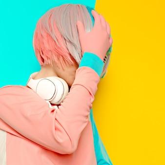 Леди dj творческий стиль поп-арт. минималистичный дизайн, мода сладкие цвета
