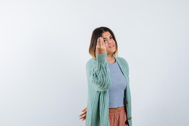 カジュアルな服装でイタリアのジェスチャーをし、自信を持って、正面図を見て女性。