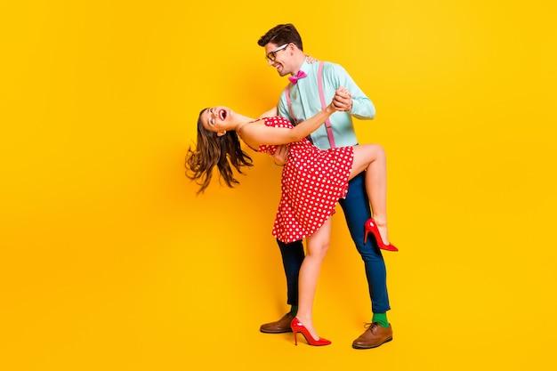 女性 男 プロム パーティー カップル ハグ ダンス