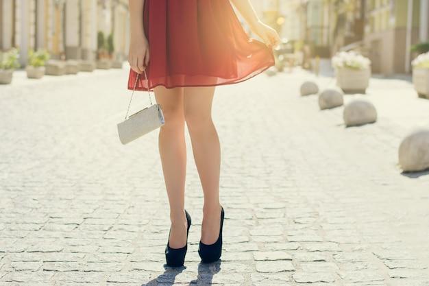 그녀의 남자 친구와 데이트를 하는 여자. 거리에서 하이힐을 신고 여성의 다리를 자른 사진. 태양 광선 빛 태양열 광선 선샤인 샤인 햇살 버스트 플래시 샤이니 플레어 효과 섬광 스파클