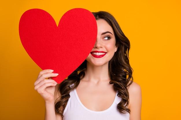 Дама держит большое бумажное сердце открытка скрывает половину лица взгляд сбоку