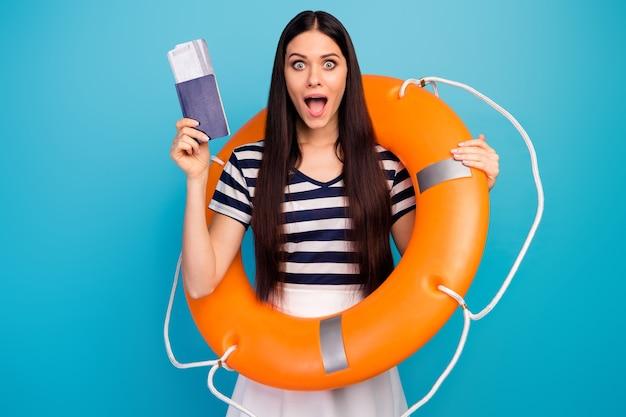 Леди держать оранжевый аварийный спасательный круг открытый рот билеты на шоу паспорт