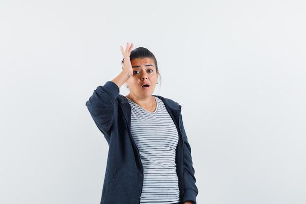 Tシャツで手を上げる女性