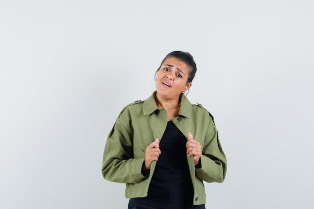 Signora che tiene la sua giacca aperta in giacca