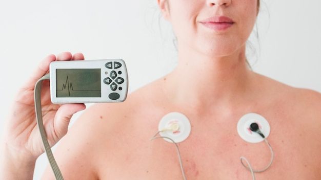 心臓図と女性の保持モニター