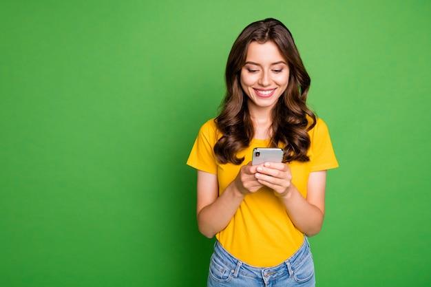 Леди держит телефон за руки читает блог сайт новый интересный пост