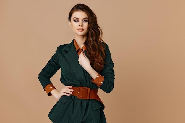 Дама в пальто и красном поясе с воротником рубашки