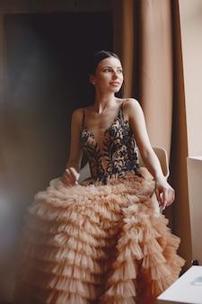 Дама в вечернем платье. элегантная женщина в длинном платье.