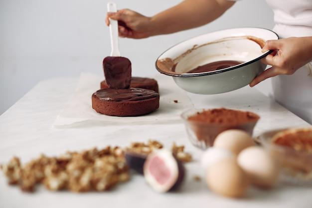 女性がデザートを準備しています。女性がケーキを焼きます。