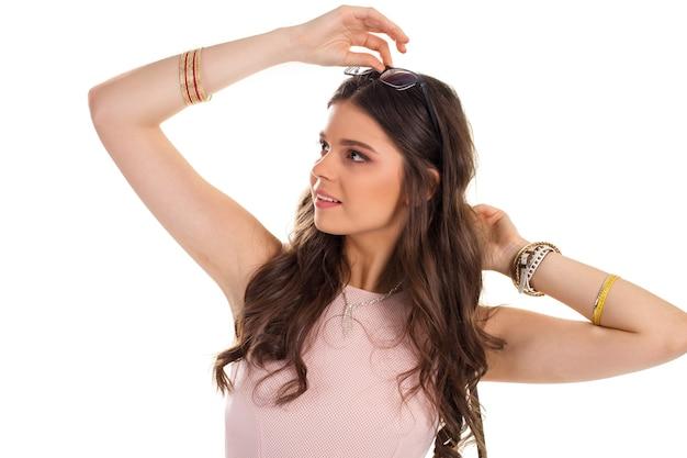 Леди трогает очки. светлая одежда с ожерельем. молодая и привлекательная женщина. красота и легкость.