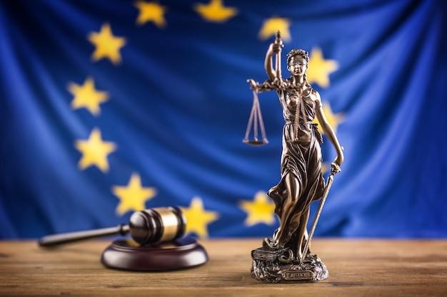 Леди джастис и флаг европейского союза. символ закона и справедливости с флагом ес.