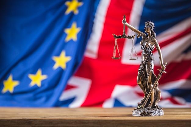 正義の女神欧州連合と英国の旗euと英国の旗との法と正義の象徴