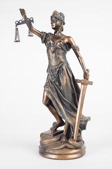 Статуя леди справедливость - древнегреческая богиня, символ правосудия, изолированная на белом.