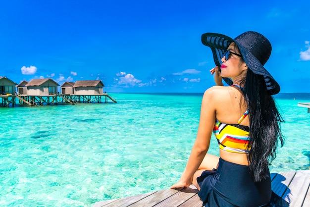 Леди океана в летнее время женщина отдых