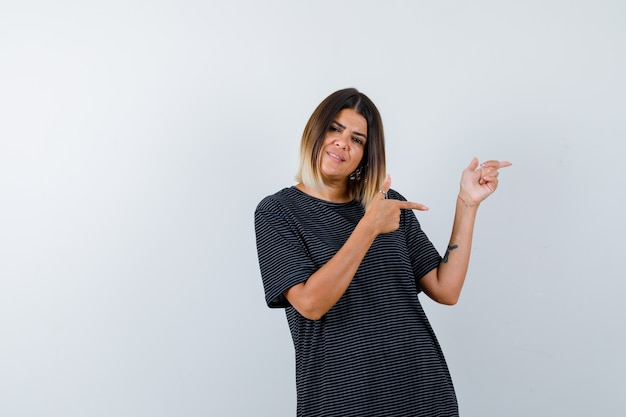 黒のtシャツを着て、楽観的な正面図を向いている女性。