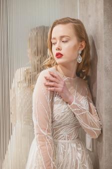 여자는 아름다운 이브닝 드레스에 포즈