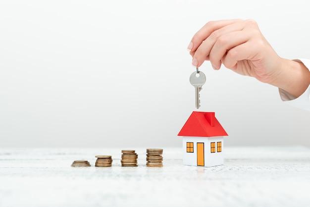 衣装で新しい家の貯蓄取引を提示する女性、新しい家のための可能な投資機会を示すビジネスウーマン、最近のアパートの販売のための住宅ローンの分割払いの展示。