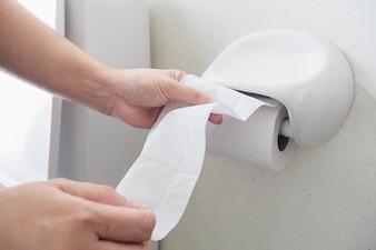 Леди тянет ткань в туалете
