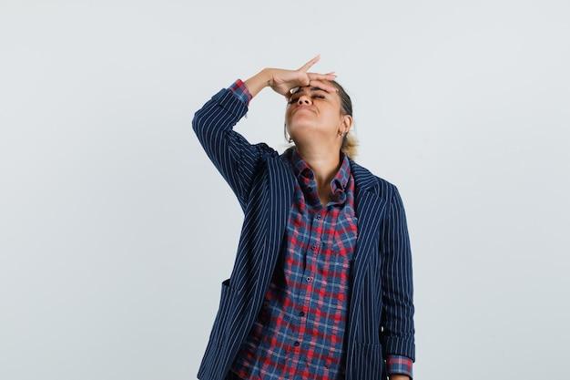 레이디 셔츠, 재킷에 그녀의 이마를 문지르고 편안하고, 전면보기.