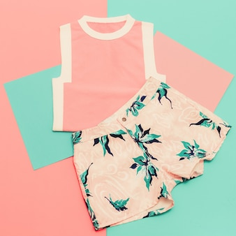 レディセット。バニラサマースタイル。トレンディなtシャツとショートパンツ。