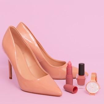 レディースシューズとスタイリッシュなジュエリーと化粧品グラマーファッションコンセプト