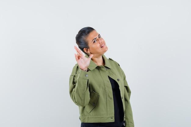 Леди показывает жест пистолета в куртке