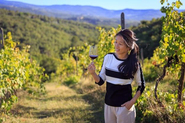 キャンティのブドウ園でワインを飲むソムリエ夫人は必見