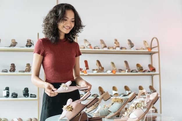 Леди, стоящая в обувном бутике в помещении