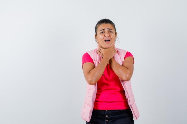 Tシャツ、ベストで喉の痛みに苦しんでいる女性と病気に見える