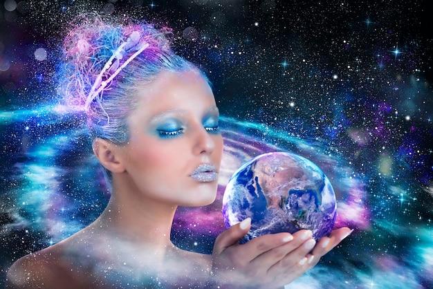 Вселенная леди, которая держит и защищает мир. земля предоставлена наса