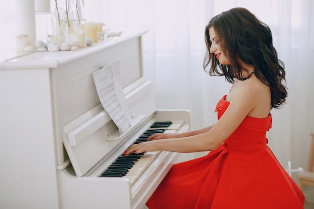 Леди с фортепиано