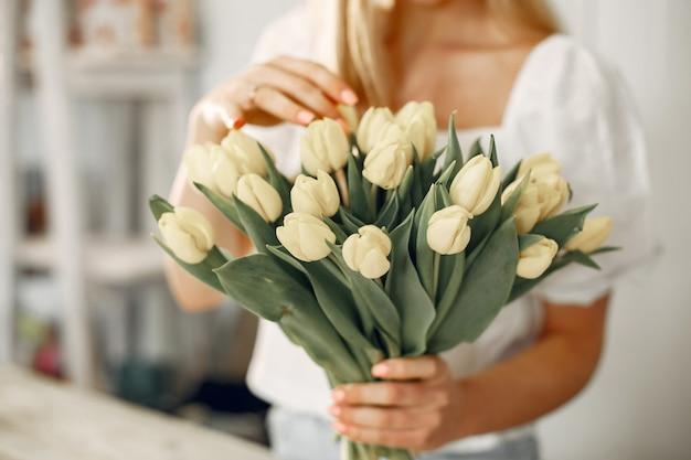 튤립과 레이디입니다. 여자는 꽃다발을 만든다.