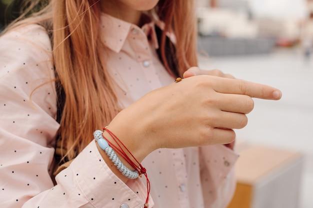 십 대 소녀의 손에 무당벌레입니다. 친환경적인 개념입니다. 클로즈업 사진
