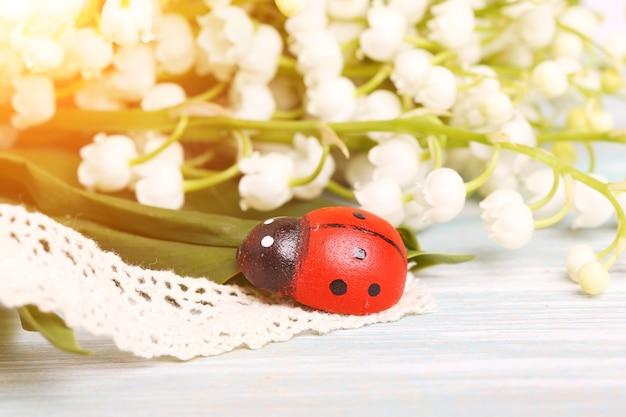 무당벌레 봄 여름 은방울꽃 그린 나무 선택적 소프트 포커스