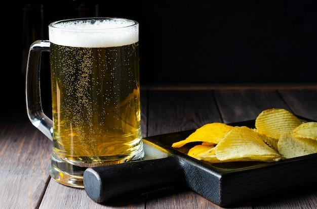 Светлое пиво в стеклянной кружке.