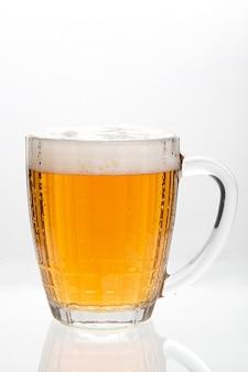 白い背景で隔離のガラスのラガー生ビール