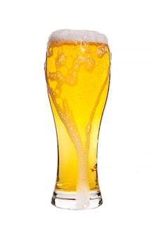 Lager разливное пиво в бокале на белом фоне