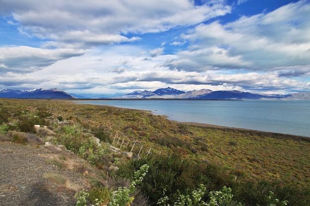 Озеро лаго аргентино в эль калафате, патагония, аргентина