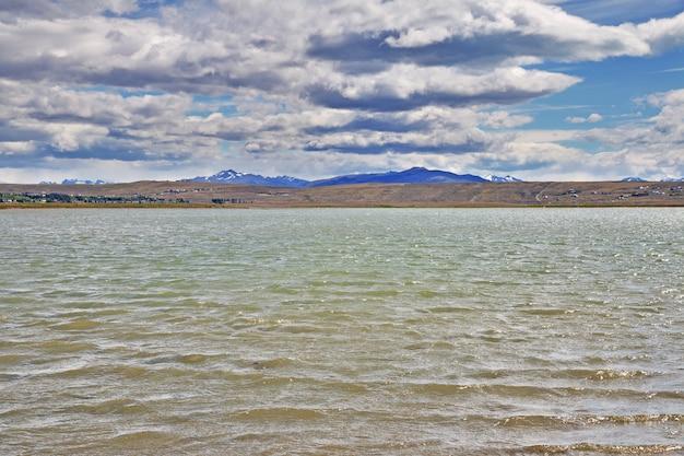 Озеро lago argentino в laguna nimez reserva, эль калафате, патагония, аргентина