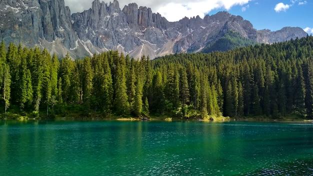 Lago di carezza(karersee)、ドロミテの美しい湖、トレンティーノアルトアディジェ、イタリア