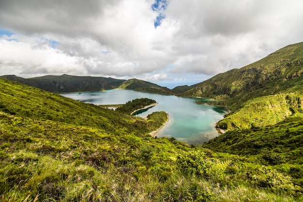 Лагоа-ду-фого, вулканическое озеро в сан-мигель, остров азорские острова под драматическими облаками